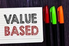 Valor do texto da escrita da palavra baseado Conceito do negócio para considerar o valor do produto em satisfazer o colorf do pap imagem de stock