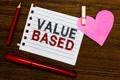 Valor do texto da escrita da palavra baseado Conceito do negócio para considerar o valor do produto em satisfazer o papel da part fotos de stock