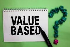 Valor do texto da escrita da palavra baseado O conceito do negócio para considerar o valor do produto em satisfazer o marcador do fotos de stock
