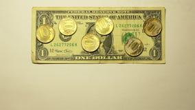 valor nominal de 6 monedas de oro de 10 rublos por tarifa de 1 dólar de EE. UU. con la muestra de moneda en un fondo blanco metrajes
