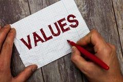 Valores de texto de la escritura El respeto del significado del concepto que algo se sostiene merece el valor de la importancia a fotos de archivo