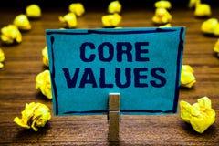 Valores do núcleo do texto da escrita da palavra Conceito do negócio para a pessoa da opinião ou as opiniões da organização como  fotos de stock royalty free