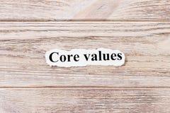 Valori del centro della parola su carta Concetto Parole dei valori del centro su un fondo di legno fotografie stock