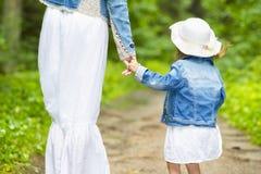 Valori familiari Le mani hanno collegato insieme il primo piano Madre ed il suo bambino fotografia stock