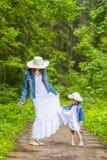 Valori familiari Madre e la sua piccola figlia che hanno una passeggiata fotografia stock