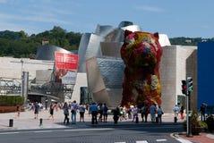Valp blom- skulptur i Bilbao, Spanien Royaltyfri Bild