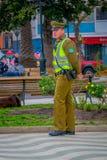 VALPARAISO, ΧΙΛΗΣ - 15 ΣΕΠΤΕΜΒΡΙΟΥ, 2018: Υπαίθρια άποψη της αστυνομίας που στέκεται στο πάρκο που καλείται συνήθως ως carabinero στοκ φωτογραφία με δικαίωμα ελεύθερης χρήσης