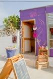 Valparaiso Chile - purpurfärgade hantverk shoppar Arkivbilder