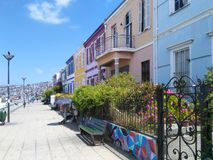 VALPARAISO, CHILI, 16 DECEMBER 2016: mening aan kleurrijke huizen in B stock fotografie