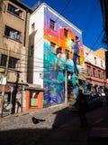 VALPARAISO, CILE - 2 giugno 2017: Graffiti Colourful su una casa fotografia stock