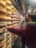 Valpelline,奥斯塔,意大利- 2017年4月24日:典型的乳酪Proces 免版税库存图片