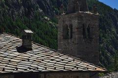 Valpelline, Aosta Valle, Italia Tejado y campanario de piedra tradicionales de la losa Foto de archivo libre de regalías