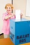 valpensionären röstar kvinnan royaltyfria foton