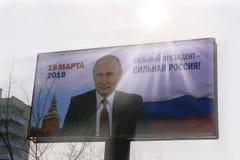 Valplakatet 2018 i Ryssland på en affischtavla som presenterar Vladimir Putin med den starka presidenten för slogan A, är en star Royaltyfri Fotografi