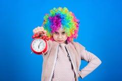 VALS ALARM Meisjeszorg over tijd Tijd om pret te hebben Discipline en tijdconcept De timing van circusprestaties kid royalty-vrije stock afbeeldingen