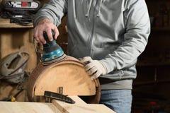 Vals för malande handgjord merbau för snickare wood med sandpapper Fotografering för Bildbyråer