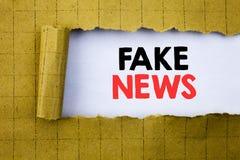 Vals Nieuws Bedrijfsdieconcept voor Hoax Journalistiek op Witboek op het gele gevouwen document wordt geschreven royalty-vrije stock foto