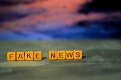 Vals nieuws op houten blokken Kruis verwerkt beeld met bokehachtergrond stock afbeelding