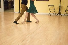 Valsa por pares novos no estúdio da dança foto de stock royalty free