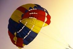 Valscherm, Parasailing, extreme sporten op zonsondergang Royalty-vrije Stock Afbeeldingen