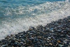 Valschermjager over de zeebriesvrijheid stock afbeelding