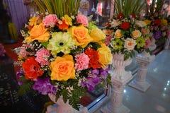 Valse bloem en bloemenachtergrond nam bloemen van stof worden gemaakt die toe stock foto's