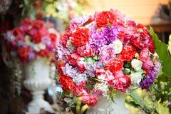 Valse bloem en bloemenachtergrond nam bloemen van stof worden gemaakt die toe De stof bloeit boeket royalty-vrije stock fotografie