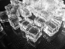 Valse die ijsblokjes met water zwart-wit abstract concept worden bespoten Royalty-vrije Stock Fotografie