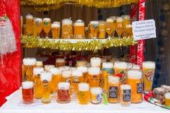 Valse glazen bier op verkoop bij de markt stock afbeelding