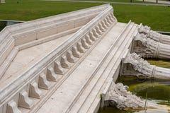 Valse oude Griekse ruïnes bij Nationaal theater in Boedapest, Hongarije Kan in de parkvoorzijde van het theater worden gevonden royalty-vrije stock fotografie