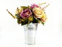 Valse rozen in ijzervaas op witte achtergrond Stock Foto