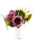Valse rozen in ijzervaas op witte achtergrond Royalty-vrije Stock Foto's
