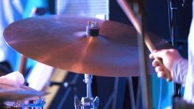 Valspinneslaget på den forcerade cymbalen i den låga tangenten Handelsresanden slår cymbalerna arkivfoton