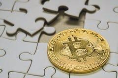 valt fokusslut upp ett guld- bitcoinmynt Cryptocurrency Saknade pusselstycken Affärsidé som avslutar sista uppgift Arkivfoton
