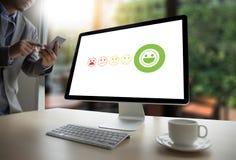 valt lyckligt för för affärsman och kvinna på tillfredsställelseutvärdering? arkivbild