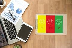 valt lyckligt för för affärsman och kvinna på tillfredsställelseutvärdering? Fotografering för Bildbyråer