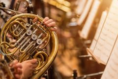 Valthorn under en klassisk konsertmusik arkivfoton