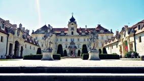 Valtice-Schloss im Sommer Lizenzfreie Stockfotos