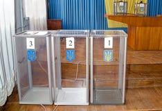 Valurna för av röstningväljare i de nationella politiska valen i Ukraina Vallokal Royaltyfri Foto