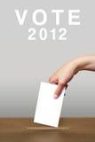 valurnahand som sätter öppningsröstning Arkivfoto