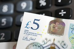 Valuta britannica - una nota da cinque libbre Fotografie Stock Libere da Diritti