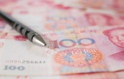 Valuta cinese delle banconote di yuan con una matita Fotografie Stock Libere da Diritti