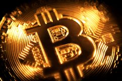 Valuta cripto di simbolo del bitcoin della moneta di oro fotografie stock libere da diritti