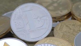 valuta d'argento di Litecoin del metallo fisico 4K sopra altre monete Cryptocurrency-Dan video d archivio