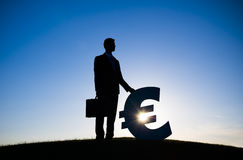 Valuta dell'EURO di Holding dell'uomo d'affari Fotografia Stock