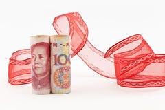 Valuta di yuan con il nastro rosso Immagini Stock Libere da Diritti