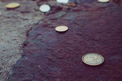 Valuta due della Macedonia denar sui precedenti di pietra Depi della foto Immagini Stock