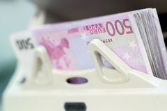 Valuta elettronica che conta macchina che elabora euro 500 fatture Fotografia Stock Libera da Diritti