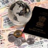 Valuta indiana con il passaporto e l'oro Fotografie Stock