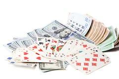 Valuta och spelakort på en vit bakgrund Arkivfoton